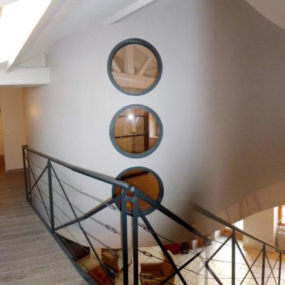 0- cloison cintrée design hublots pierre bois métal
