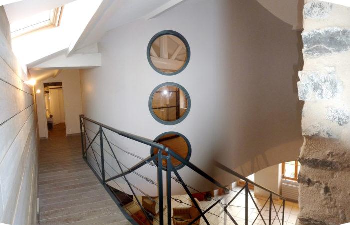cloison cintrée design hublots pierre bois métal