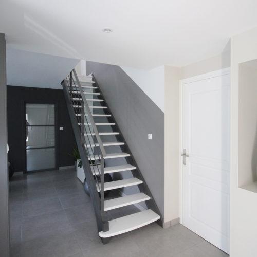 escalier épuré gris et blanc- niche déco- porte vitrage dépoli