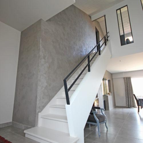 escalier contemporain blanc garde-corps placo et métal
