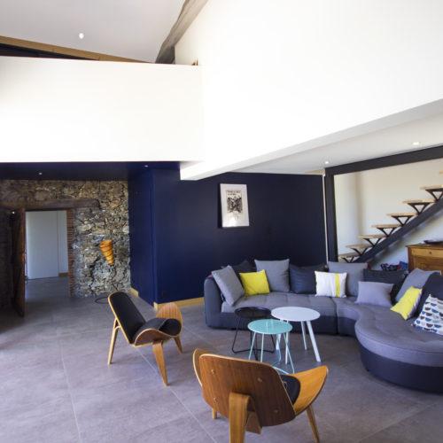 salon design bleu pierre bois