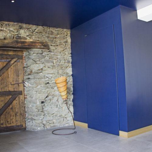 salon bleu nuit pierre bois