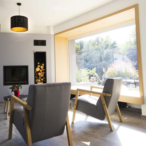 salon cadre fenêtre assise cheminée