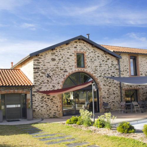 façade arrière voiles d'ombrages pierre brique terrasse
