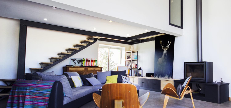 salon contemporain escalier métal bois cerf