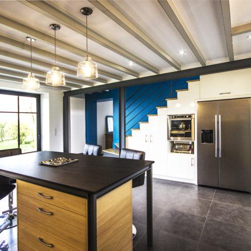 cuisine ouverte escalier poutres métalliques