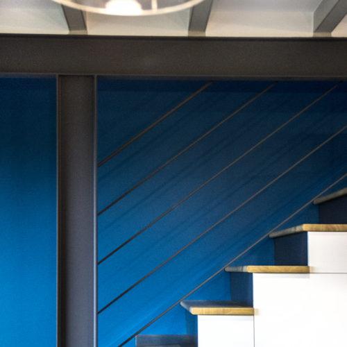 bleu canard rangement intégré sous escalier